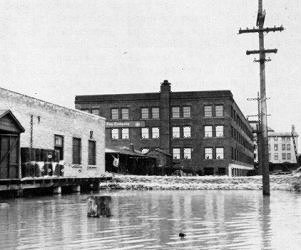 Dyke behind Hudson's Bay House built for protection from the flood waters. Winnipeg, 19 May 1950.